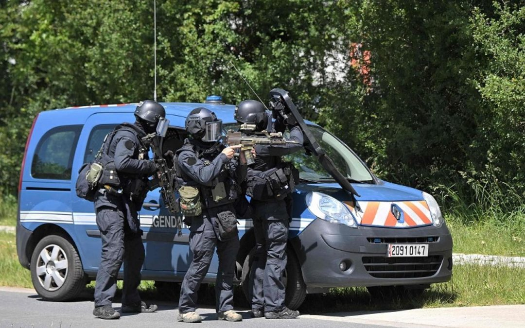 Counter terrorism in France, Police officer wounded in knife attack